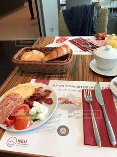 テーブルの上の食べ物の皿の写真・画像素材[2500671]