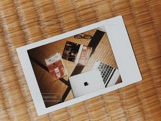 近くに一枚の紙のアップの写真・画像素材[1431163]