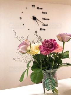 テーブルの上の花瓶に花束を置くの写真・画像素材[2925258]
