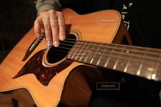 ギターを弾く男性の爪に令和の写真・画像素材[2099347]