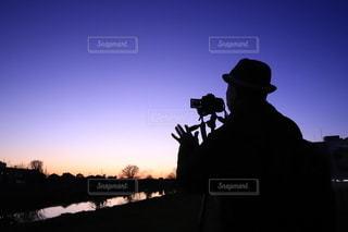 夕暮れ…カメラマンのシルエットの写真・画像素材[3380028]