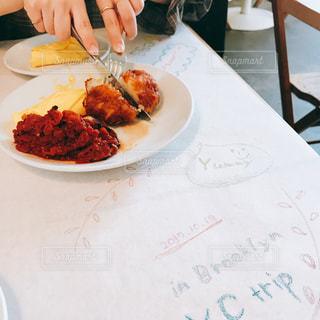 食品のプレートをテーブルに着席した人の写真・画像素材[1652696]
