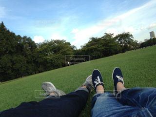 草の上に横になっている人対象フィールドの写真・画像素材[1807008]