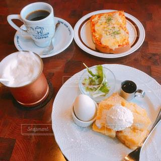 食べ物,コーヒー,食事,朝食,屋内,パン,テーブル,皿,カップ,モーニング,ドリンク,食欲