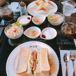 食べ物,コーヒー,食事,朝食,屋内,パン,テーブル,皿,サンドイッチ,モーニング,食,複数,食欲,配置