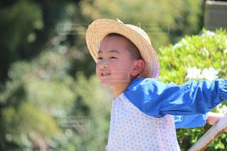 帽子をかぶった小さな男の子の写真・画像素材[1436954]