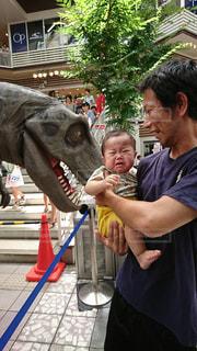 子ども,親子,人物,人,赤ちゃん,幼児,泣き顔,恐竜,びっくり,怖がり