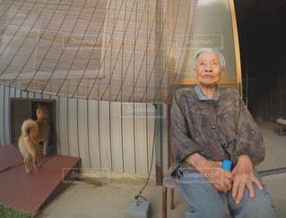 祖母と愛犬ハナコの写真・画像素材[1450694]