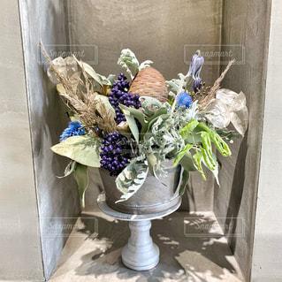 テーブルの上の花の花瓶の写真・画像素材[1560069]