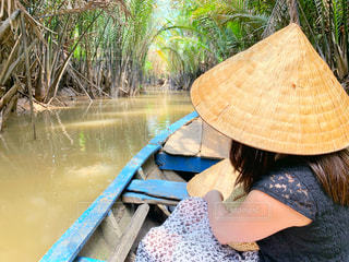 女性,20代,ワンピース,ボート,後ろ姿,帽子,女,観光,旅行,旅,ベトナム,ジャングル,クルーズ,ホーチミン,メコン川,ジャングルクルーズ