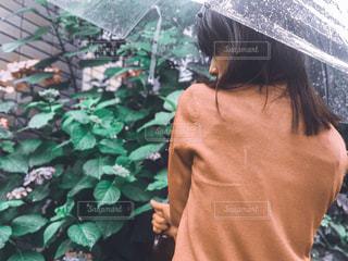 傘を持っている人の写真・画像素材[2223074]
