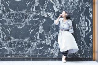 鏡の前に立つ人がカメラに向かってポーズをとるの写真・画像素材[2409956]