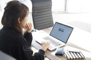 女性,20代,女,オフィス,パソコン,ノート,デスク,PC,仕事,ビジネス,ヘアアレンジ,考え事,操作,財布,名刺入れ,悩む,考え,サイフ,リモートワーク,名刺,アイディア,ビジネスシーン,リモート,オフィスワーク,小銭入れ