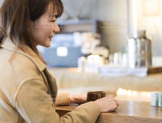 テーブルに座っている女性の写真・画像素材[2904186]