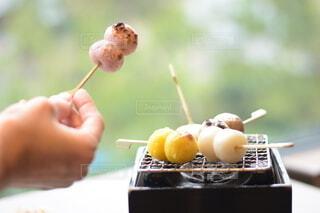 炭火で温めるお団子の写真・画像素材[4196181]