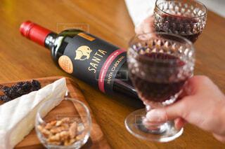 木製のテーブルの上に座っているワインのボトルの写真・画像素材[4345482]