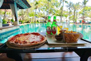 ピクニック用のテーブルの上に座ってピザの写真・画像素材[1443905]