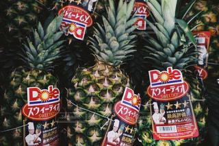 店のディスプレイ上のパイナップルの写真・画像素材[1828160]