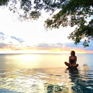 女性,プール,水着,旅行,プーケット,夏休み,リゾート,日の入り,バケーション,海外旅行,コテージ,冬休み