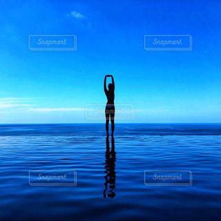 水域の隣に立っている人の写真・画像素材[2333915]