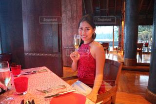 レストランのテーブルに座っている女性の写真・画像素材[2333917]