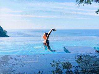 水の体の上に波に乗っている男の写真・画像素材[2333922]