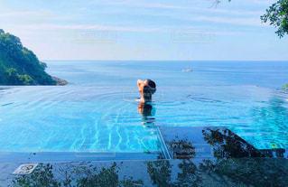 水域を泳いでいる男の写真・画像素材[2333924]