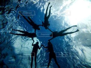 水の中を泳ぐ人々のグループの写真・画像素材[2333925]
