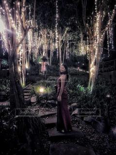 木の前に立っている人の写真・画像素材[2391400]