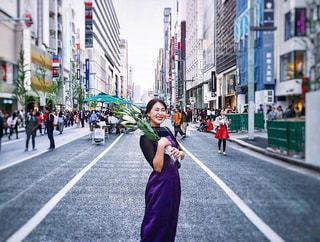 にぎやかな街の通りを歩く人の写真・画像素材[2391416]