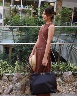 建物の前に立っている女性の写真・画像素材[2391421]