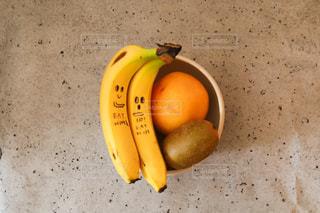 カウンターの上に座っているバナナの写真・画像素材[3224194]