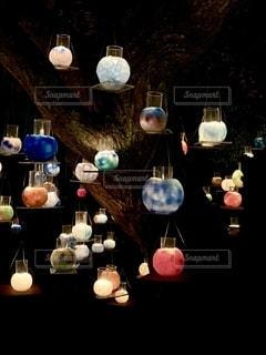 木にガラスキャンドルの写真・画像素材[2736207]