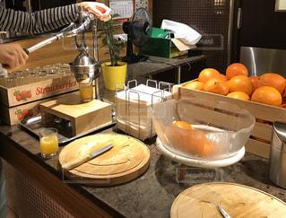 セルフでオレンジジュースの写真・画像素材[1438773]