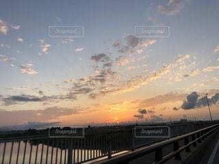 水の体の上を橋を渡る列車の写真・画像素材[1465333]