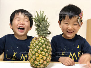 子ども,食べ物,黄色,家,デザート,フルーツ,果物,果実,食べる,パイナップル,少年,食材