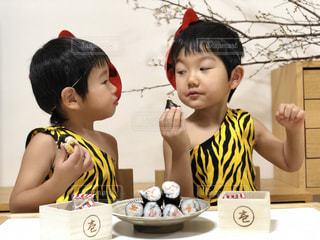 子ども,ファッション,黄色,人物,人,少年,鬼,男の子,節分,5歳,豆まき,年齢,恵方巻き,行事,3歳