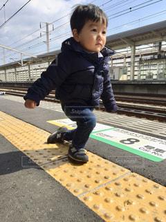 道路の側をスケート ボードに乗って少年の写真・画像素材[1778594]
