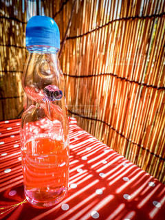 クローズ アップ ボトルとテーブルの上のビールのグラスの写真・画像素材[1439638]