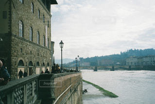 建物の側に街灯と橋の写真・画像素材[1816569]