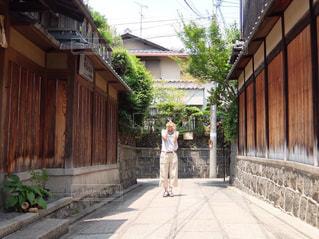 建物の隣に歩道を歩いて人の写真・画像素材[1828762]
