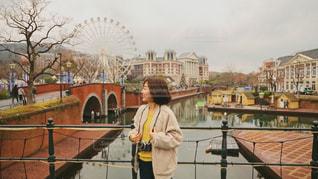 橋の上に立っている人の写真・画像素材[1828865]