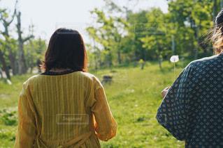 女性,自然,公園,屋外,緑,後ろ姿,人物,背中,人,タンポポ