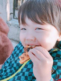 ピザのスライスを食べる少年の写真・画像素材[1643857]