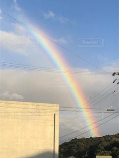 ふと見上げたら虹の写真・画像素材[2561615]