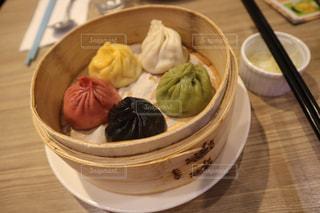 食べ物,秋,緑,赤,白,カラフル,黒,テーブル,皿,ご飯,料理,台湾,中華,黄,小籠包,食欲,お箸,食欲の秋,台湾グルメ,五色