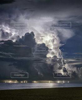 海,曇り,雷