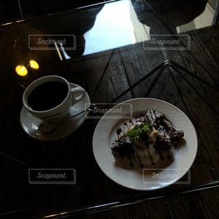 テーブルの上のコーヒー カップの写真・画像素材[1677469]