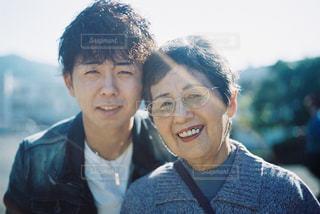 おばあちゃんと弟の素敵な笑顔の写真・画像素材[1454827]