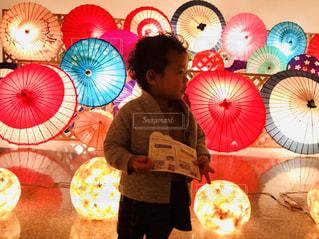 カラフル傘と子供の写真・画像素材[1685453]